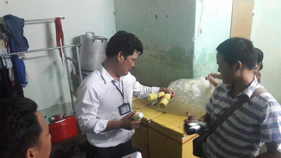 Phát hiện hàng trăm chai sữa bắp không đảm bảo vệ sinh sắp được bán ra thị trường ở Đà Nẵng - Ảnh 1.