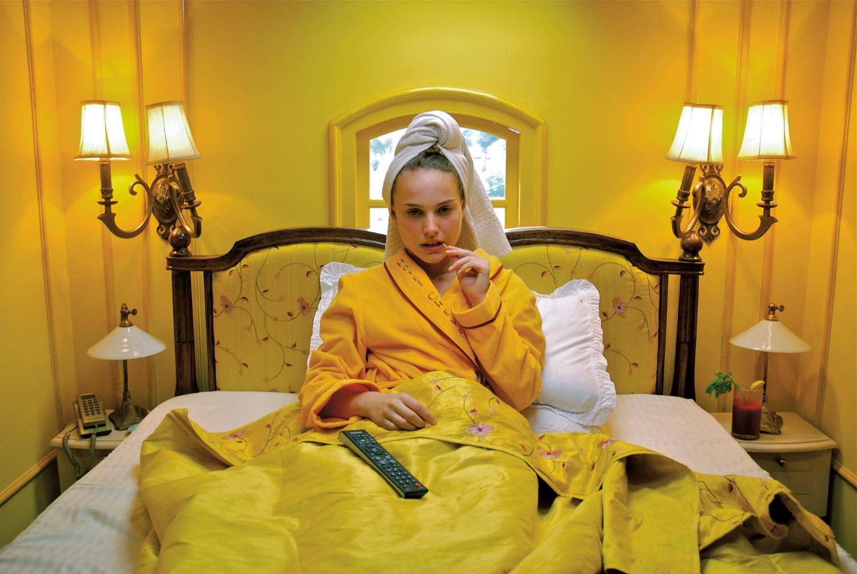 Để cảm xúc đưa lối qua bảng màu dị thường từ phù thuỷ hình ảnh Wes Anderson - Ảnh 8.