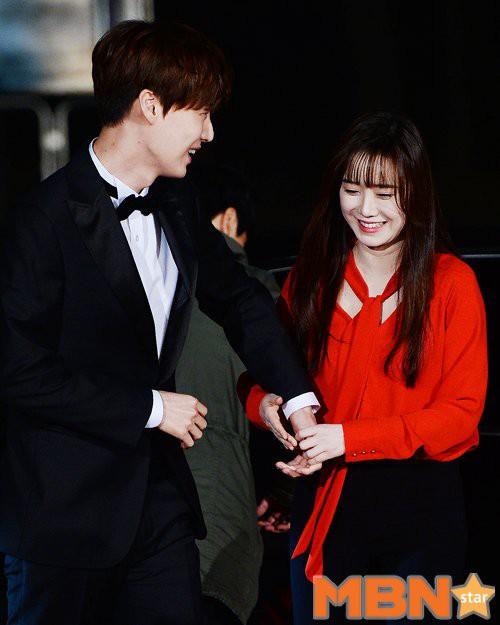 Ahn Jae Hyun có một thói quen khó bỏ: Tự tìm tay Goo Hye Sun để nắm chặt, bà xã nhắc nhở cũng không buông - Ảnh 2.