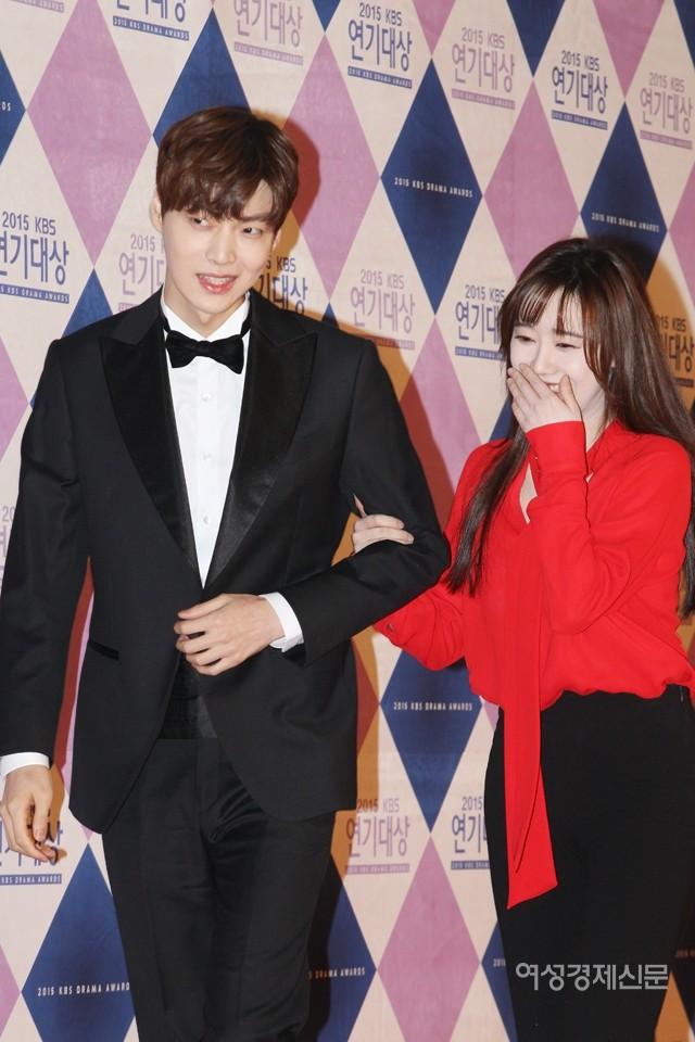 Ahn Jae Hyun có một thói quen khó bỏ: Tự tìm tay Goo Hye Sun để nắm chặt, bà xã nhắc nhở cũng không buông - Ảnh 3.