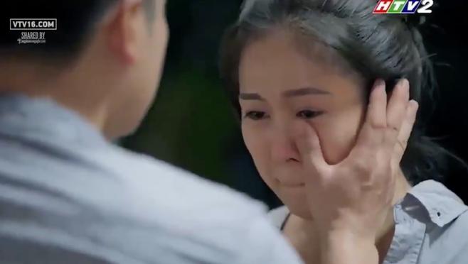 Công lau nước mắt cho vợ khiến người xem cảm động.