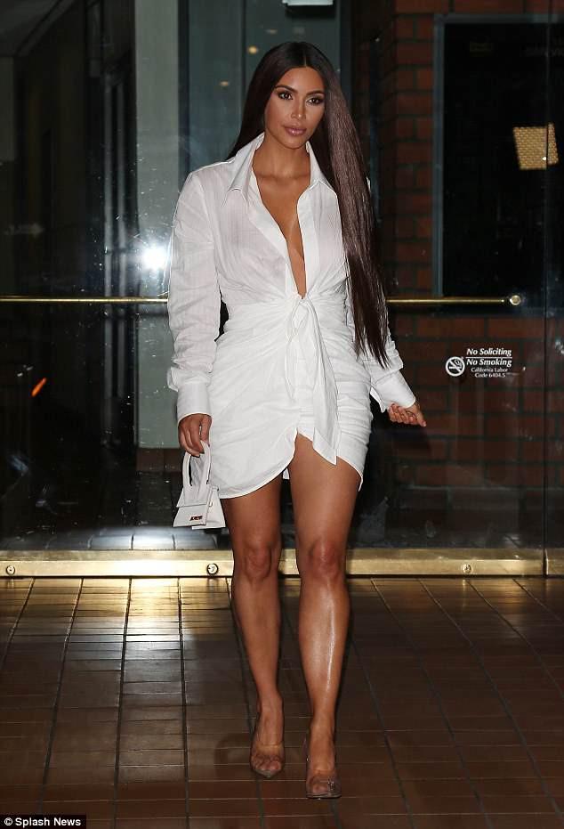 Mặc váy hờ hững khoe vòng 1, Kendall Jenner đụng hàng ngay với Kim Kardashian và Hoàng Ku - Ảnh 4.
