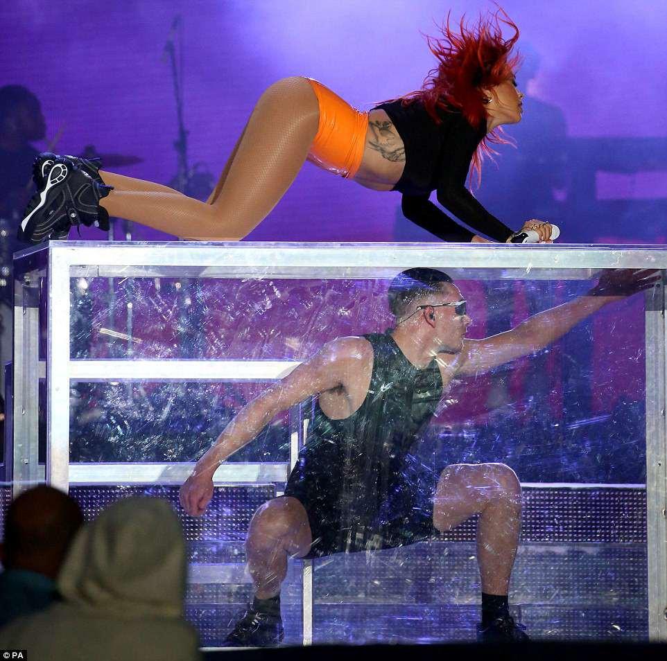 Camila Cabello diện nội y màu nude gợi cảm hết mức, nhưng vẫn chưa nóng bỏng bằng Rita Ora - Ảnh 10.