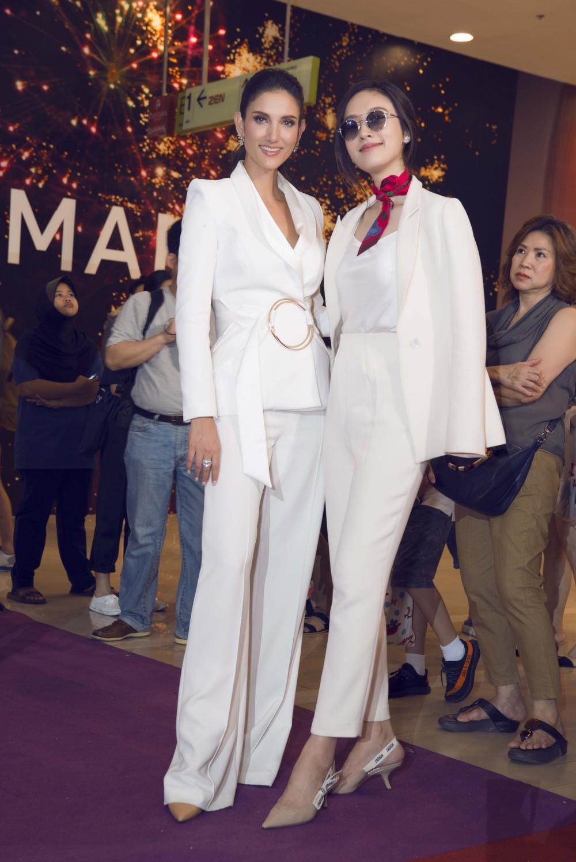 Hương Giang diện trang phục gợi cảm, đọ sắc cùng dàn mỹ nhân chuyển giới đình đám trên thảm đỏ sự kiện tại Thái Lan - Ảnh 5.