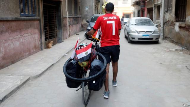 Anh chàng người Ai Cập sang Nga xem World Cup … bằng xe đạp - Ảnh 2.