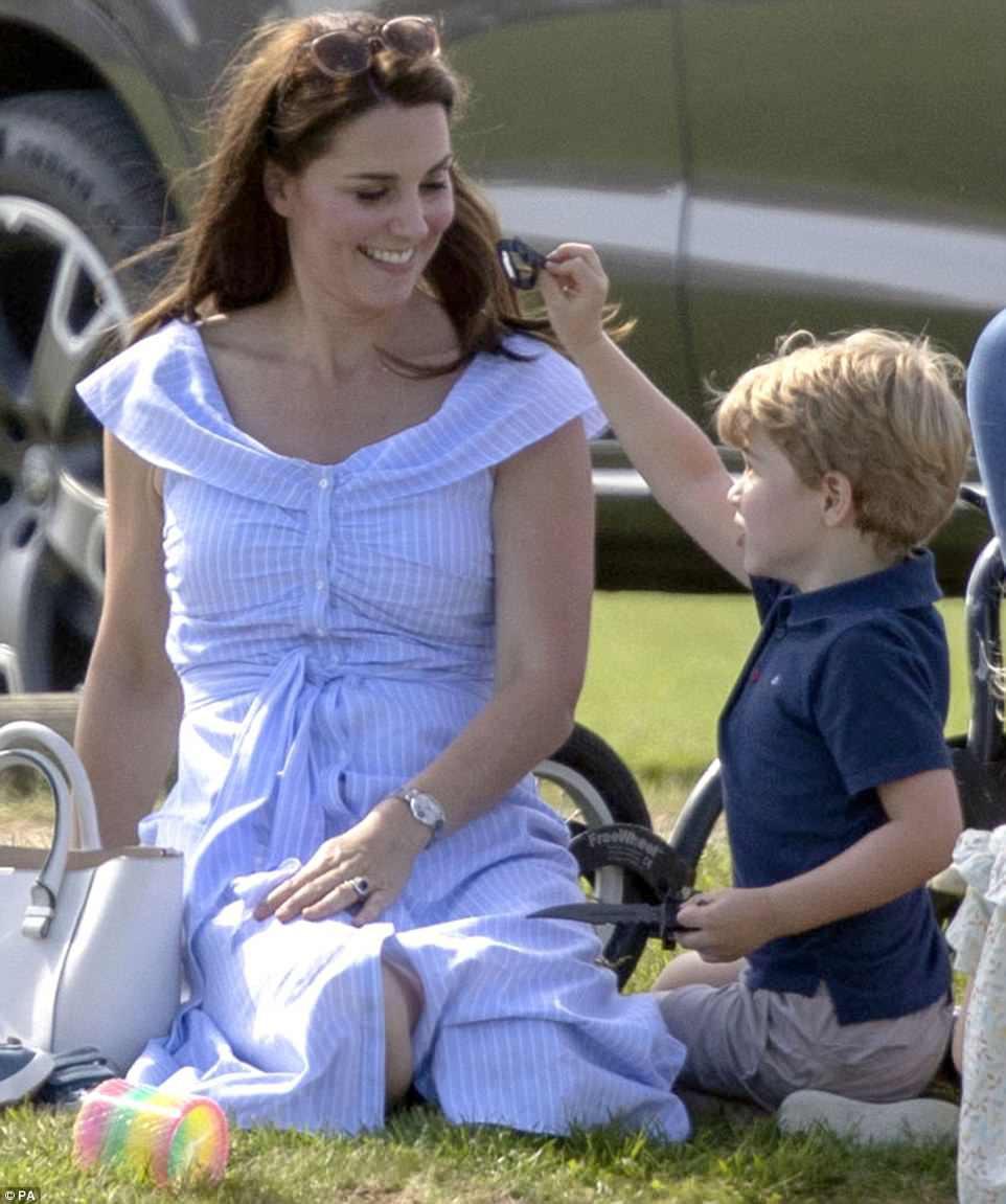 Dù mặc váy bỉm sữa bình dân, công nương Kate vẫn gây chú ý vì thần thái hoàng gia không thua gì mẹ chồng năm xưa - Ảnh 2.