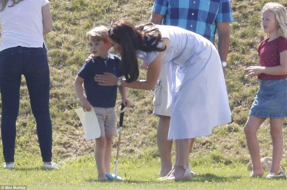 Dù mặc váy bỉm sữa bình dân, công nương Kate vẫn gây chú ý vì thần thái hoàng gia không thua gì mẹ chồng năm xưa - Ảnh 5.