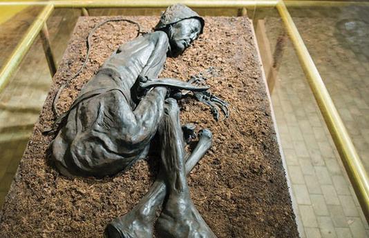 Tollund Man - Bí ẩn xác ướp 2.400 năm tuổi vẫn mỉm cười dù bị treo cổ đến chết - Ảnh 1.