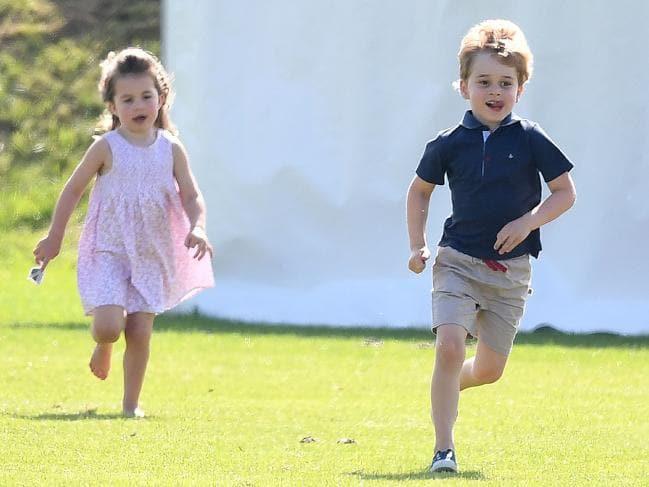Bức ảnh vui chơi của Hoàng tử George bỗng bị lên án dữ dội chỉ vì một chi tiết nhỏ này - Ảnh 1.