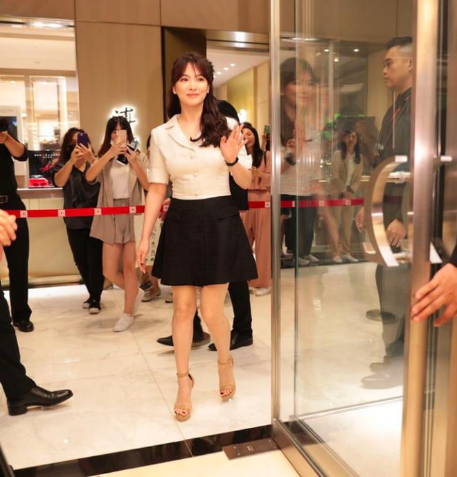 Song Hye Kyo trung thành diện một kiểu váy đơn giản trong nhiều năm - Ảnh 3.