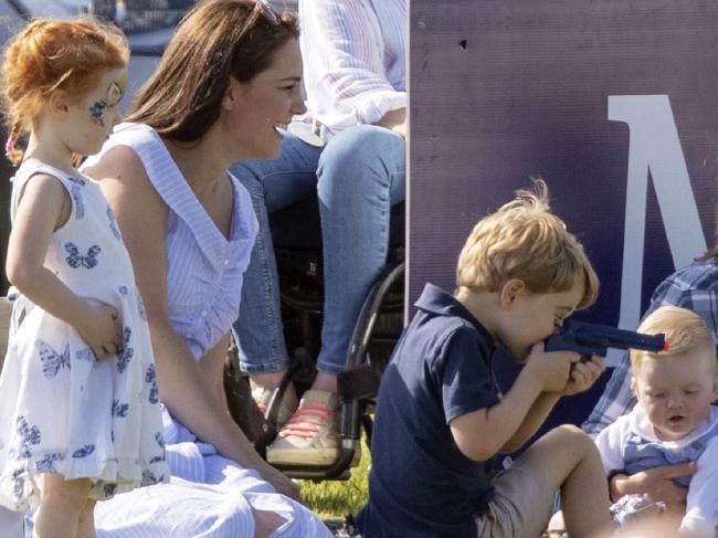 Bức ảnh vui chơi của Hoàng tử George bỗng bị lên án dữ dội chỉ vì một chi tiết nhỏ này - Ảnh 3.