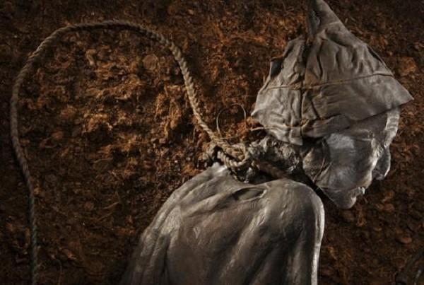 Tollund Man - Bí ẩn xác ướp 2.400 năm tuổi vẫn mỉm cười dù bị treo cổ đến chết - Ảnh 3.