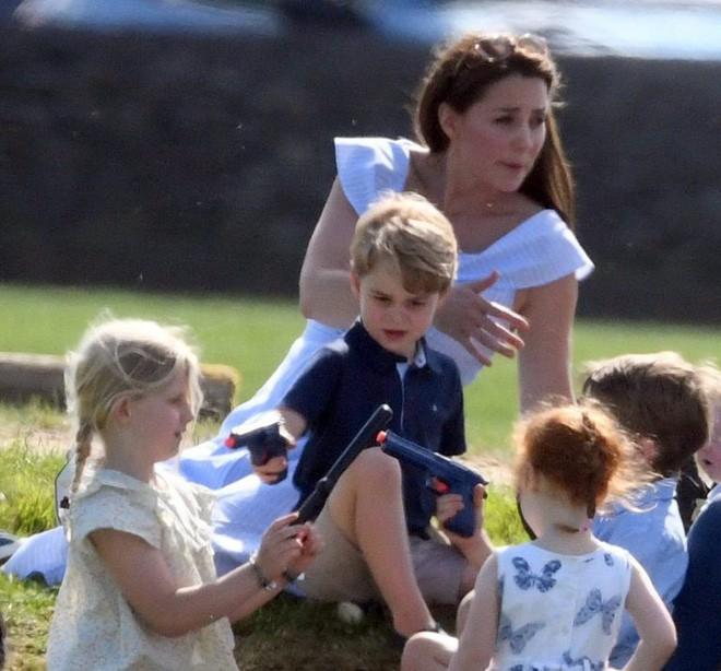 Bức ảnh vui chơi của Hoàng tử George bỗng bị lên án dữ dội chỉ vì một chi tiết nhỏ này - Ảnh 4.