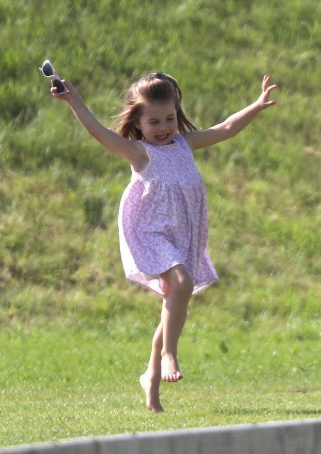 Công chúa Charlotte cũng như bao bé gái khác, mặc đồ bình dân rất xinh và tận dụng tối đa chiếc váy yêu thích - Ảnh 5.