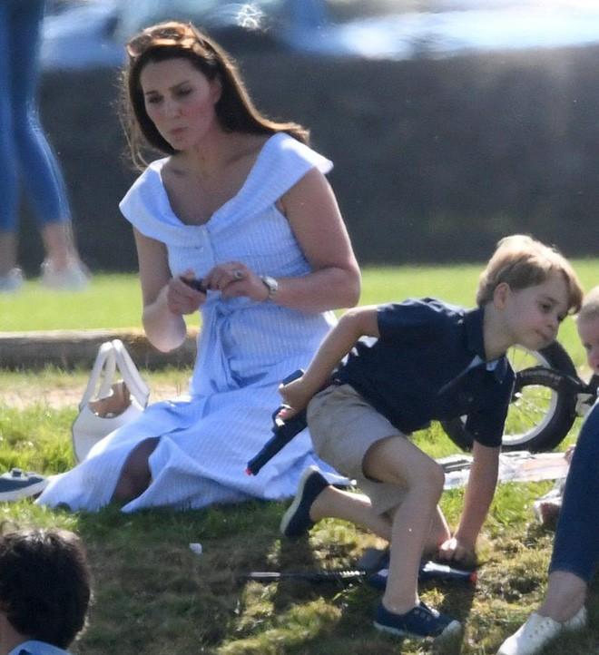 Bức ảnh vui chơi của Hoàng tử George bỗng bị lên án dữ dội chỉ vì một chi tiết nhỏ này - Ảnh 5.