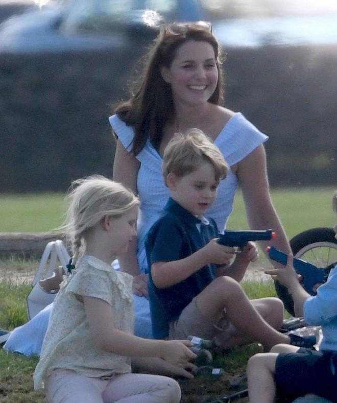 Bức ảnh vui chơi của Hoàng tử George bỗng bị lên án dữ dội chỉ vì một chi tiết nhỏ này - Ảnh 6.
