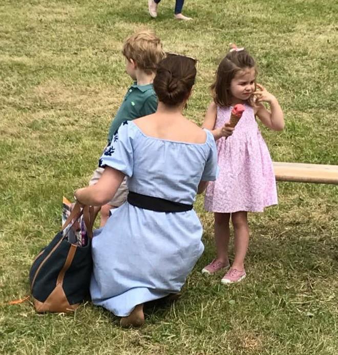 Công chúa Charlotte cũng như bao bé gái khác, mặc đồ bình dân rất xinh và tận dụng tối đa chiếc váy yêu thích - Ảnh 7.
