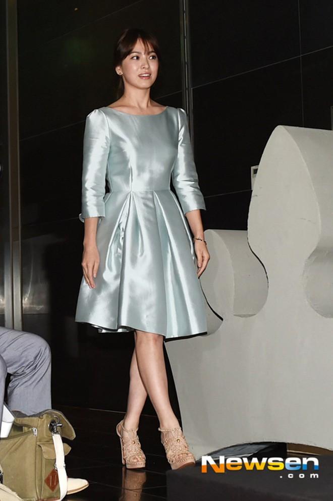 Song Hye Kyo trung thành diện một kiểu váy đơn giản trong nhiều năm - Ảnh 10.