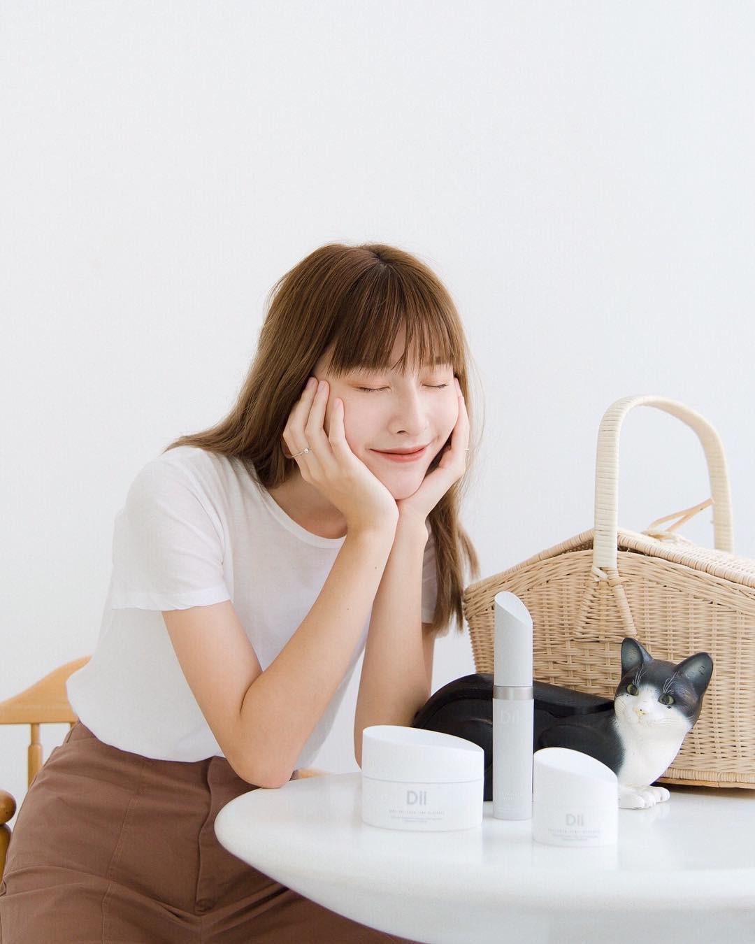 6 điều nàng da dầu nên làm khi chăm sóc da mùa hè để hạn chế mụn ghé thăm - Ảnh 2.