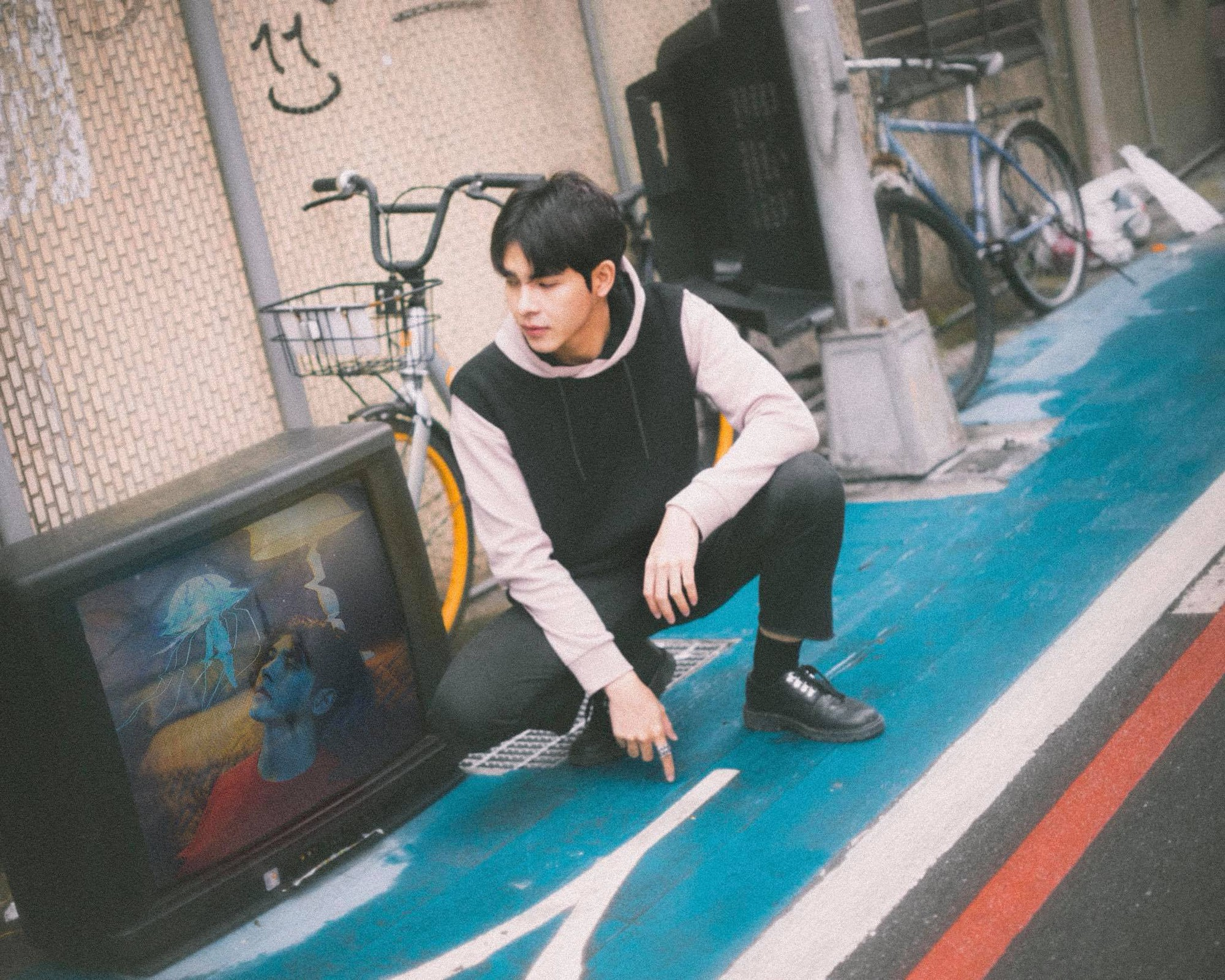 Nam chính trong MV mới của Hoàng Yến Chibi: Vừa đẹp trai, cao ráo như người mẫu lại còn ôm luôn cả vị trí giám đốc sáng tạo - Ảnh 6.