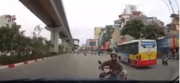 Hà Nội: Nữ ninja bất thình lình xuất hiện từ hư vô dọa tài xế một phen hú vía - Ảnh 2.