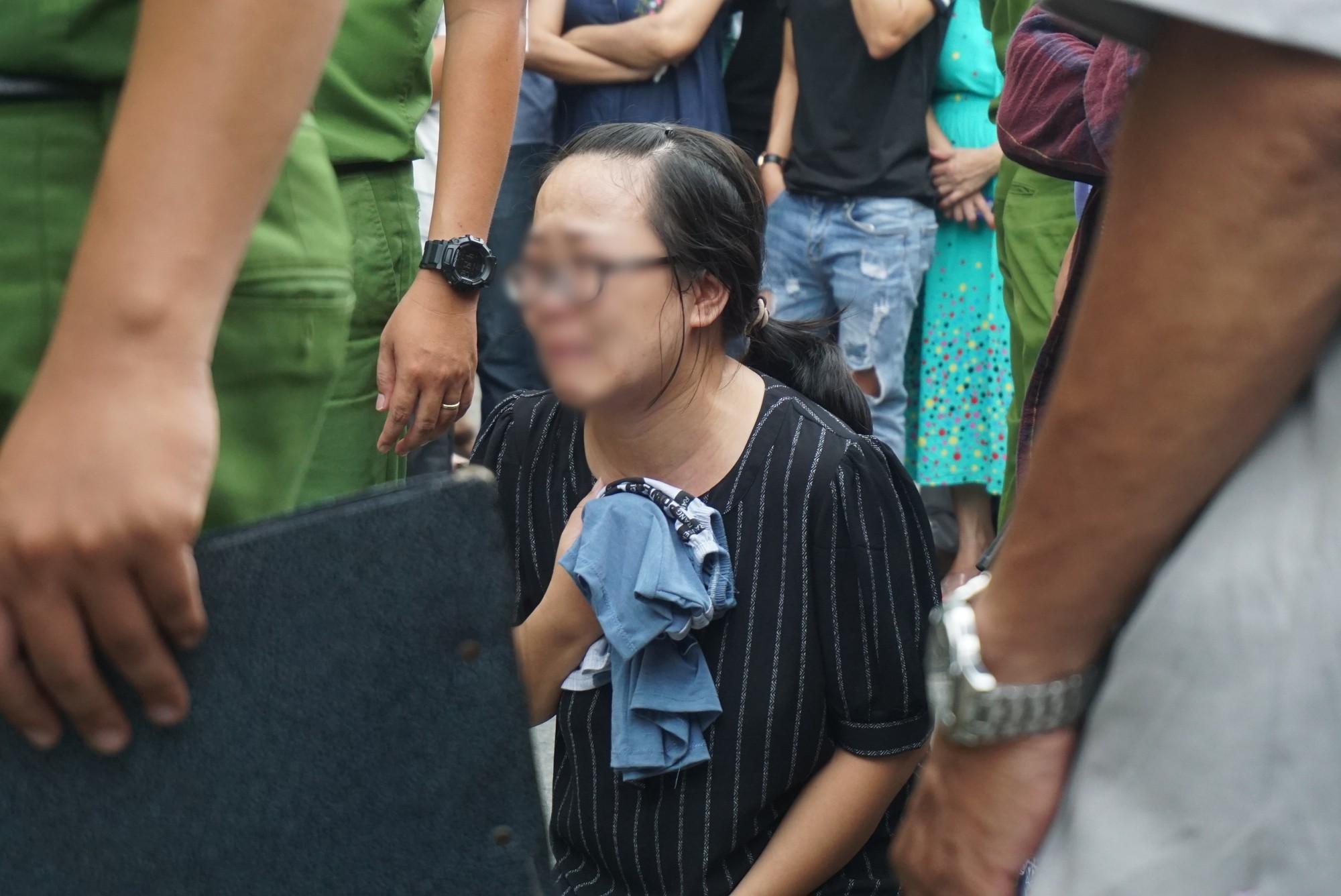 Người thân khóc ngất bên thi thể bé trai 8 tuổi bị xe trộn bê tông cán chết, mẹ và em bị thương - Ảnh 4.