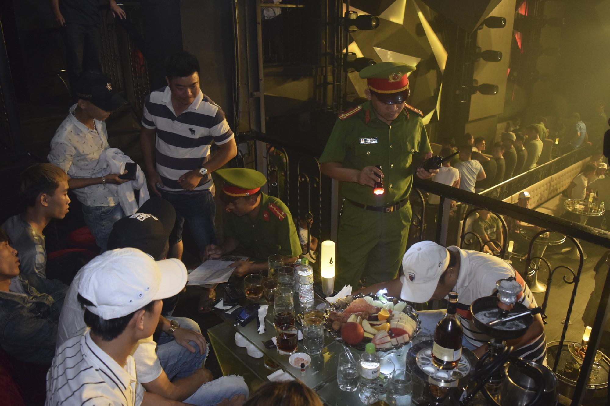 50 thanh niên nam nữ dương tính với ma tuý trong quán bar ở Huế - Ảnh 1.