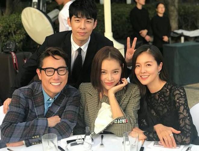 Top đám cưới có dàn khách mời khủng nhất xứ Hàn: Song Song lép vế trước Jang Dong Gun, Lee Byung Hun mời sao Hollywood - Ảnh 28.