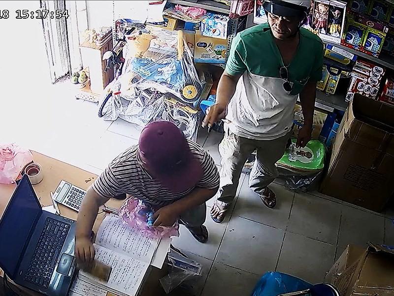 2 cha con dàn cảnh ăn trộm khắp TP.HCM - Ảnh 1.