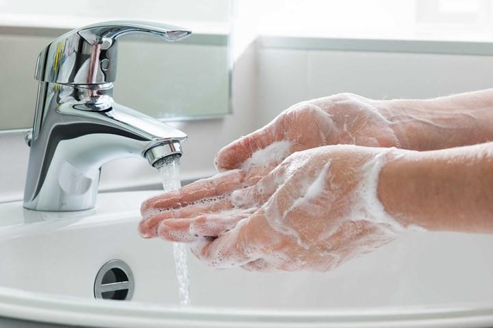 Sai lầm phổ biến khi rửa tay khiến tay vẫn còn vi khuẩn - Ảnh 1.
