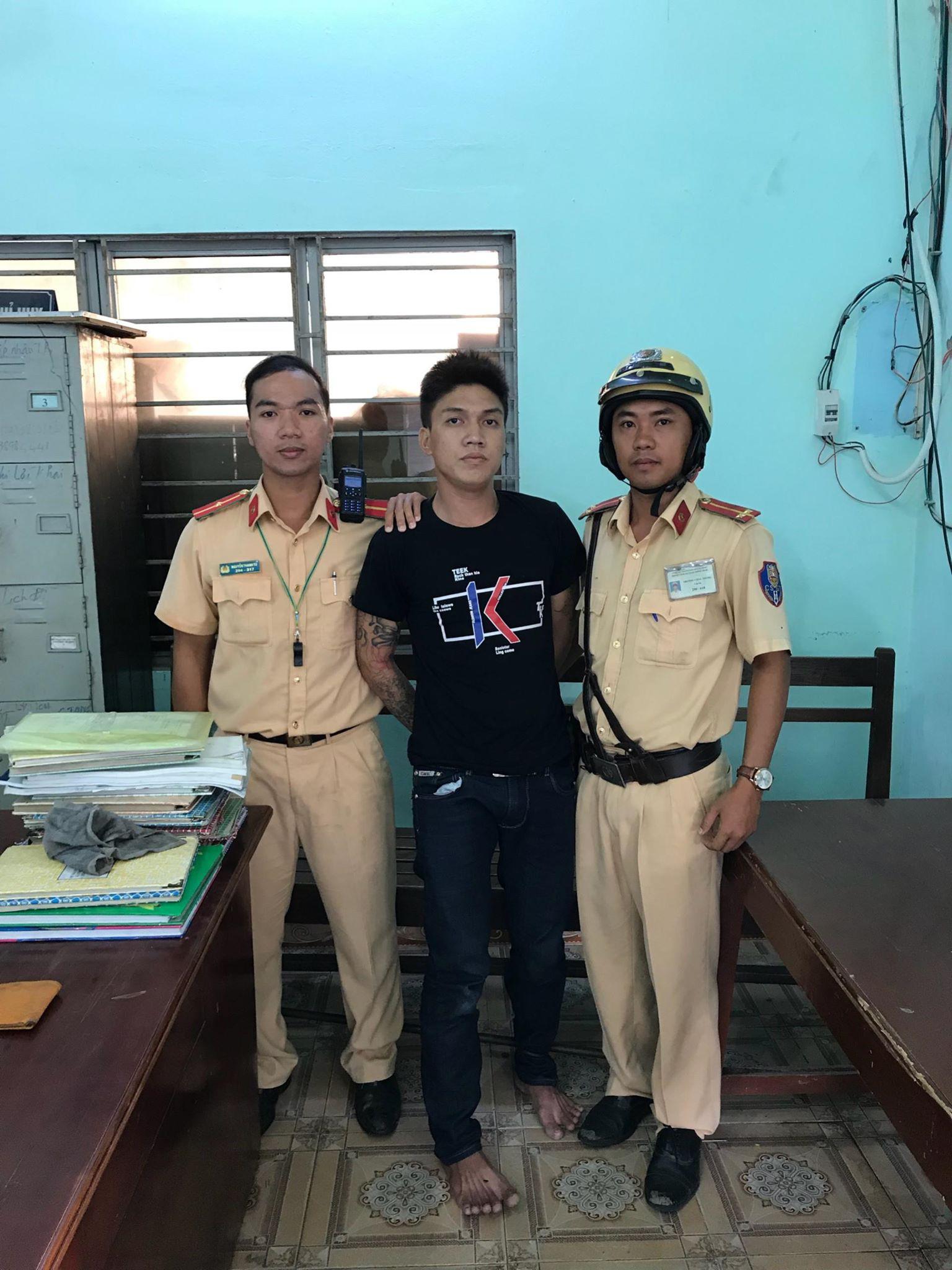 CSGT truy bắt đối tượng cướp tài sản trên đường phố Sài Gòn - Ảnh 1.