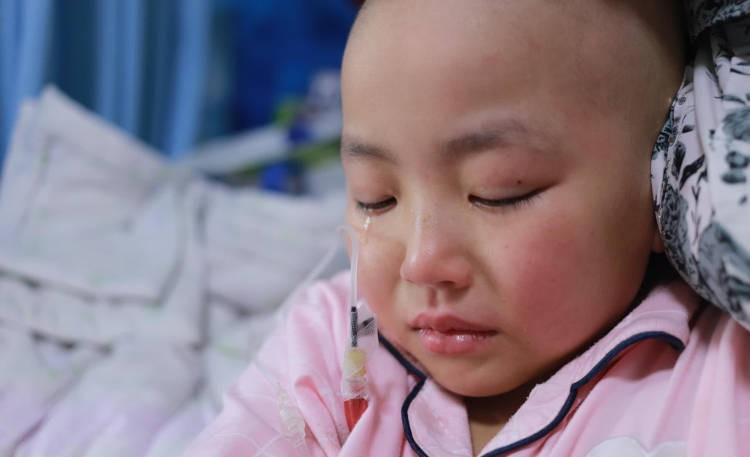 Người đàn ông chấp nhận mặc váy cưới đứng đường để cứu con gái bị bệnh khiến nhiều người cảm động - Ảnh 5.