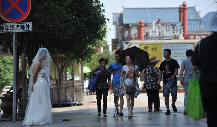 Người đàn ông chấp nhận mặc váy cưới đứng đường để cứu con gái bị bệnh khiến nhiều người cảm động - Ảnh 1.