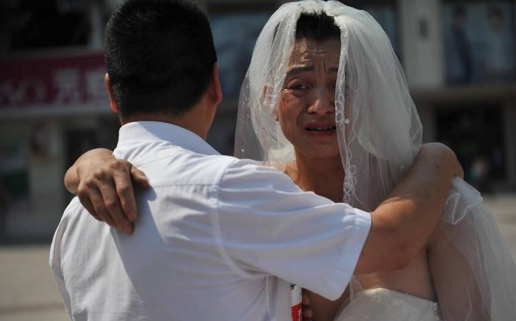 Người đàn ông chấp nhận mặc váy cưới đứng đường để cứu con gái bị bệnh khiến nhiều người cảm động - Ảnh 4.