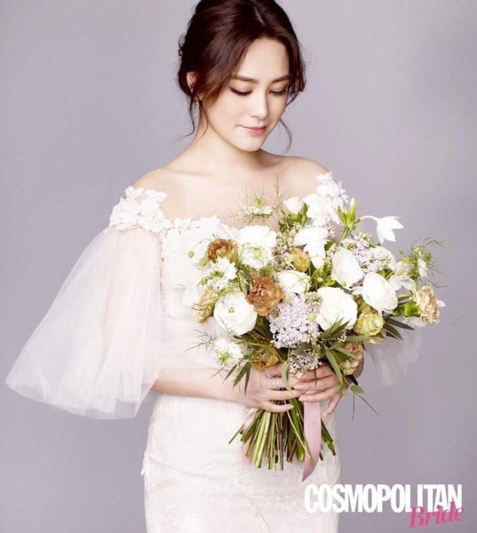 Chung Hân Đồng khoe nhan sắc lão hóa ngược đáng ghen tị với váy cưới trắng tinh khôi - Ảnh 2.