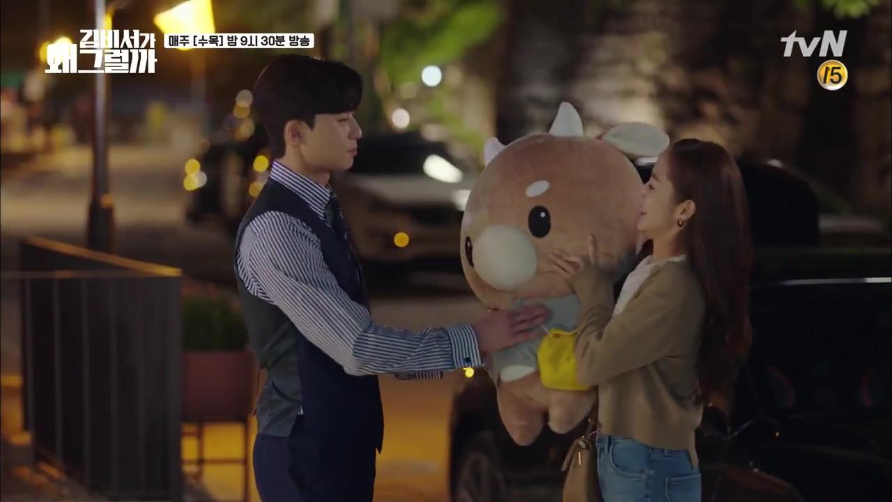 Thư Ký Kim: Trẹo cả chân vì ghen, Park Seo Joon kéo Park Min Young ngã suýt chạm môi rồi! - Ảnh 9.