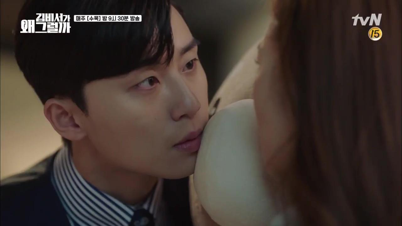 Thư Ký Kim: Trẹo cả chân vì ghen, Park Seo Joon kéo Park Min Young ngã suýt chạm môi rồi! - Ảnh 11.