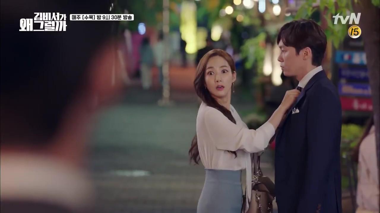 Thư Ký Kim: Trẹo cả chân vì ghen, Park Seo Joon kéo Park Min Young ngã suýt chạm môi rồi! - Ảnh 18.