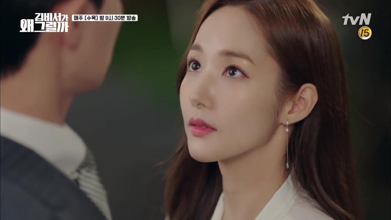 Thư Ký Kim: Trẹo cả chân vì ghen, Park Seo Joon kéo Park Min Young ngã suýt chạm môi rồi! - Ảnh 20.