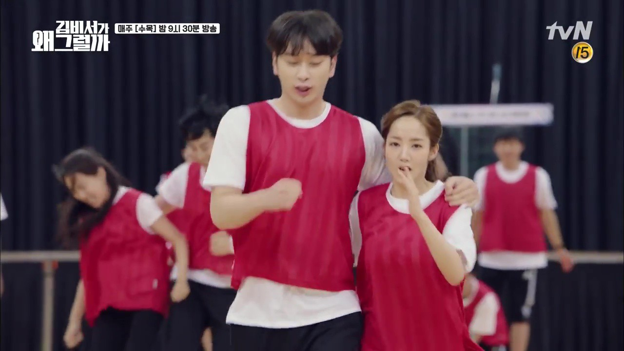 Thư Ký Kim: Trẹo cả chân vì ghen, Park Seo Joon kéo Park Min Young ngã suýt chạm môi rồi! - Ảnh 22.
