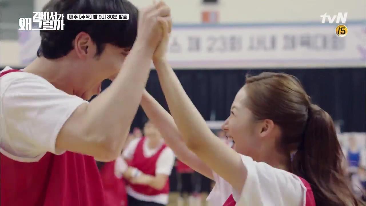 Thư Ký Kim: Trẹo cả chân vì ghen, Park Seo Joon kéo Park Min Young ngã suýt chạm môi rồi! - Ảnh 23.