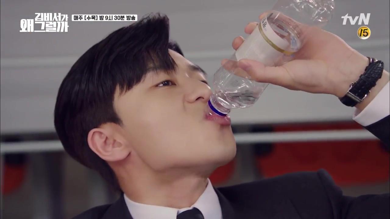 Thư Ký Kim: Trẹo cả chân vì ghen, Park Seo Joon kéo Park Min Young ngã suýt chạm môi rồi! - Ảnh 25.