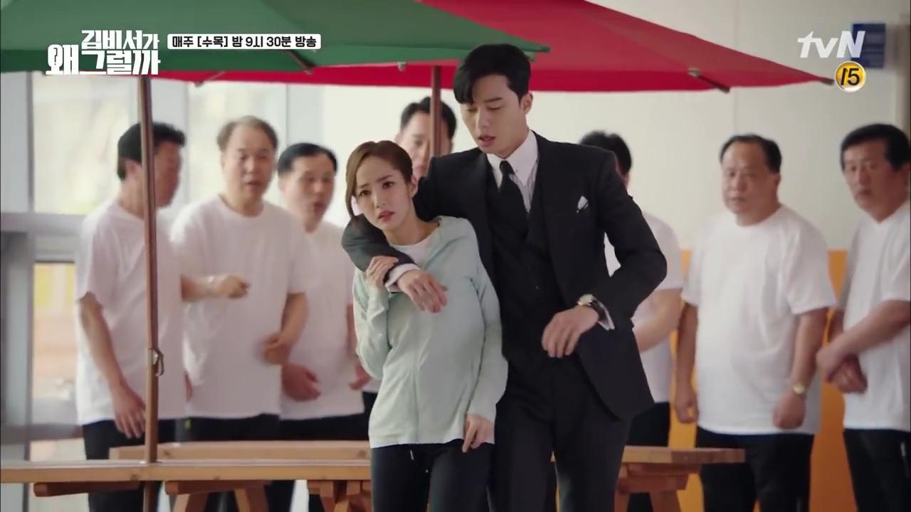 Thư Ký Kim: Trẹo cả chân vì ghen, Park Seo Joon kéo Park Min Young ngã suýt chạm môi rồi! - Ảnh 26.