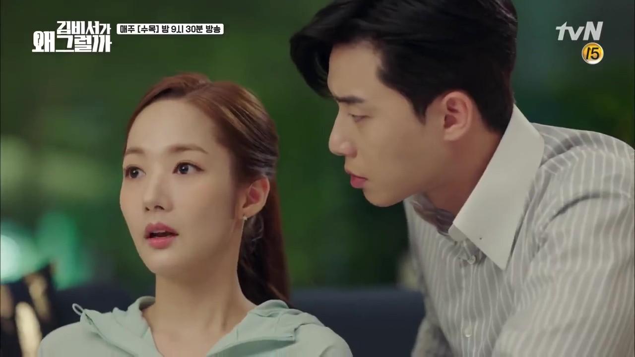 Thư Ký Kim: Trẹo cả chân vì ghen, Park Seo Joon kéo Park Min Young ngã suýt chạm môi rồi! - Ảnh 28.