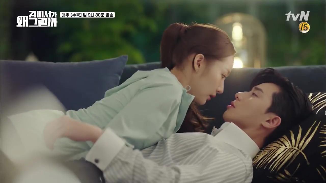 Thư Ký Kim: Trẹo cả chân vì ghen, Park Seo Joon kéo Park Min Young ngã suýt chạm môi rồi! - Ảnh 29.
