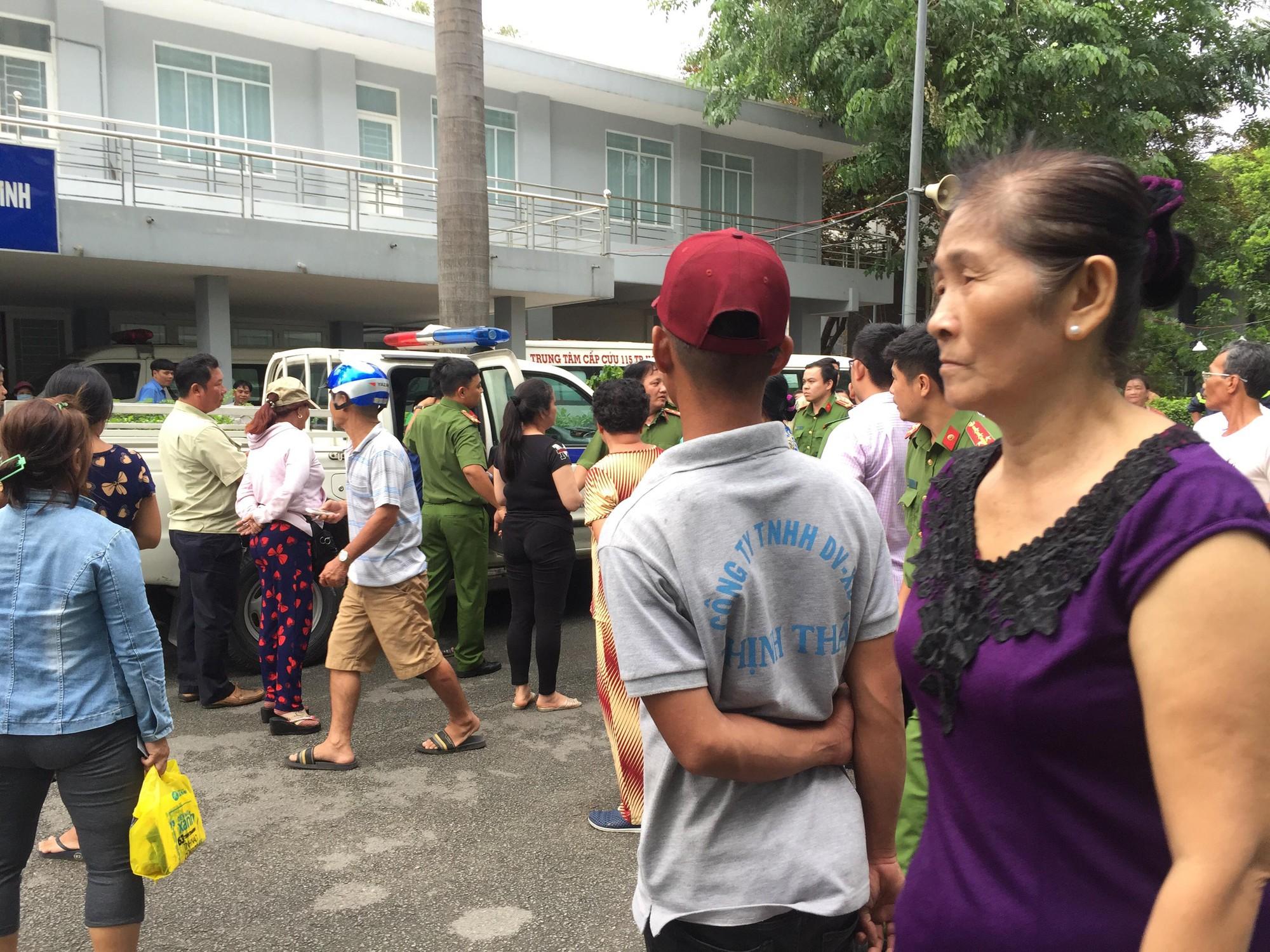 Hơn 5 giờ giải cứu nam thanh niên thất tình đòi nhảy lầu bệnh viện ở Sài Gòn - Ảnh 4.