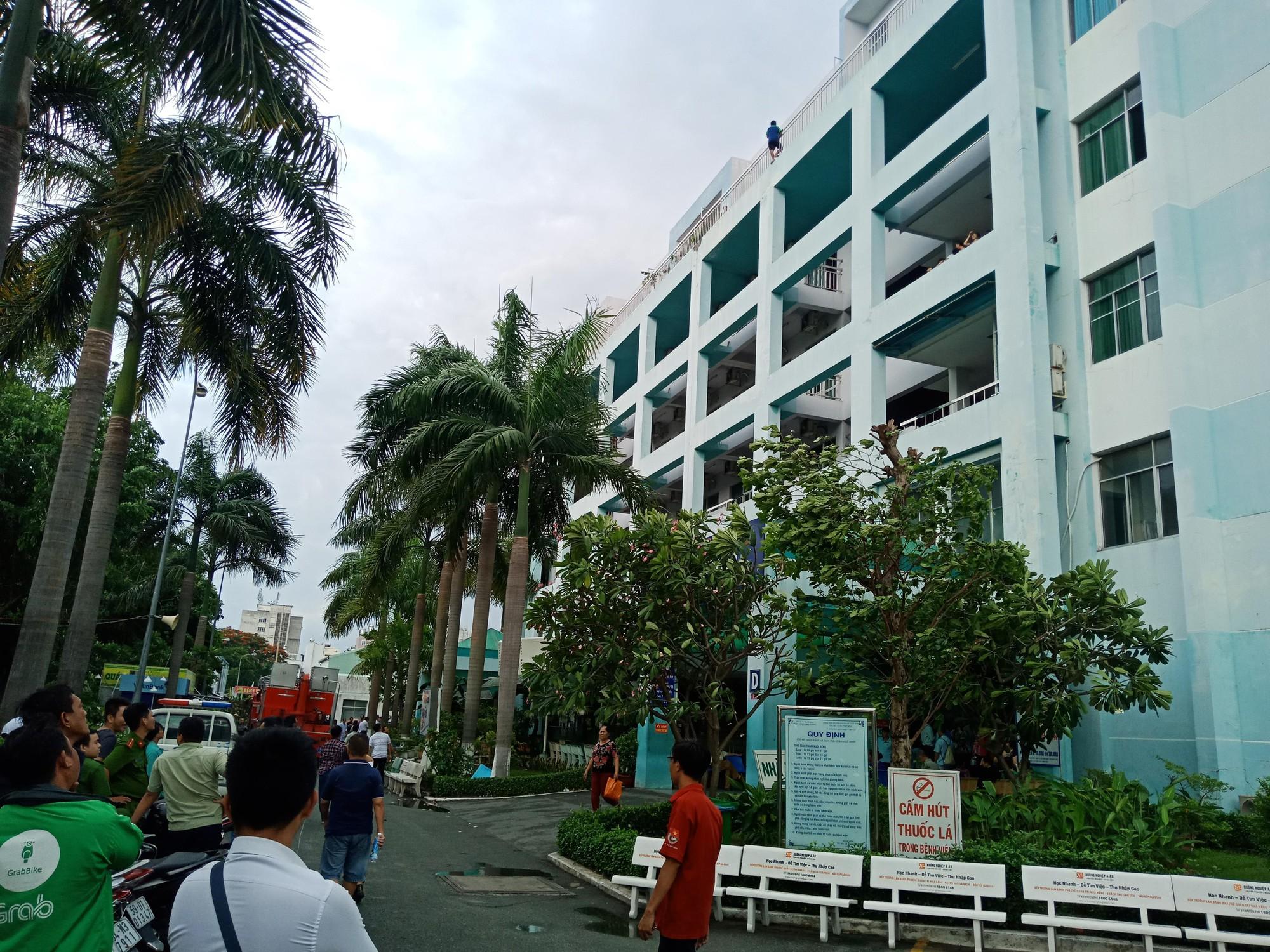 Hơn 5 giờ giải cứu nam thanh niên thất tình đòi nhảy lầu bệnh viện ở Sài Gòn - Ảnh 2.