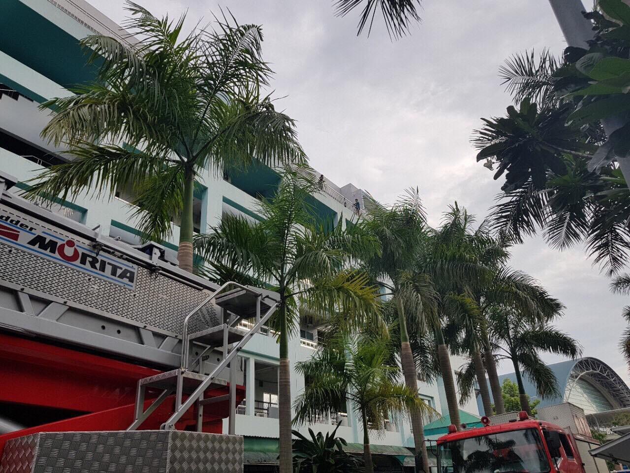 Hơn 5 giờ giải cứu nam thanh niên thất tình đòi nhảy lầu bệnh viện ở Sài Gòn - Ảnh 3.