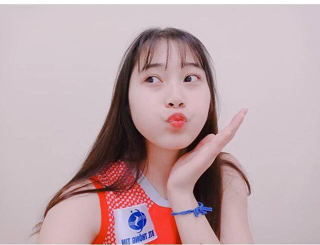 Hoa khôi bóng chuyền 16 tuổi Đặng Thu Huyền hâm mộ Bùi Tiến Dũng - Ảnh 4.