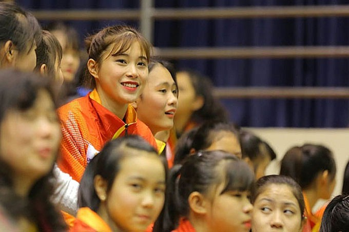 Hoa khôi bóng chuyền 16 tuổi Đặng Thu Huyền hâm mộ Bùi Tiến Dũng - Ảnh 1.